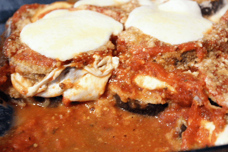 Use this recipe to make a delicious Eggplant Parmesan with a crispy breading without frying! - NovaturientSoul.com
